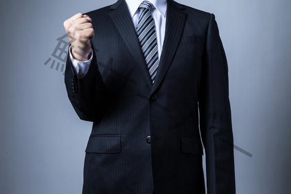 ガッツポーズするスーツ男性