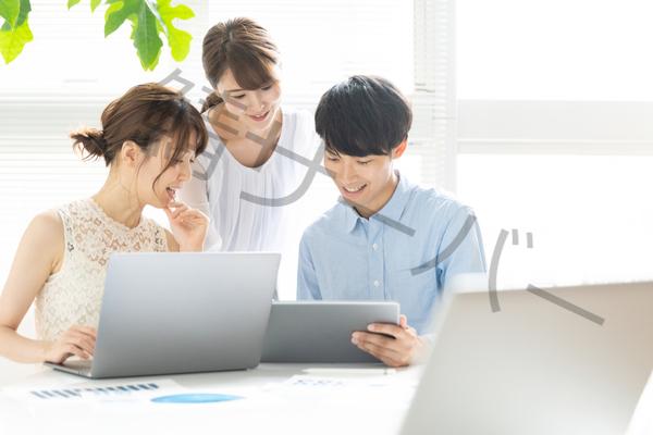 パソコン画面見る人たち